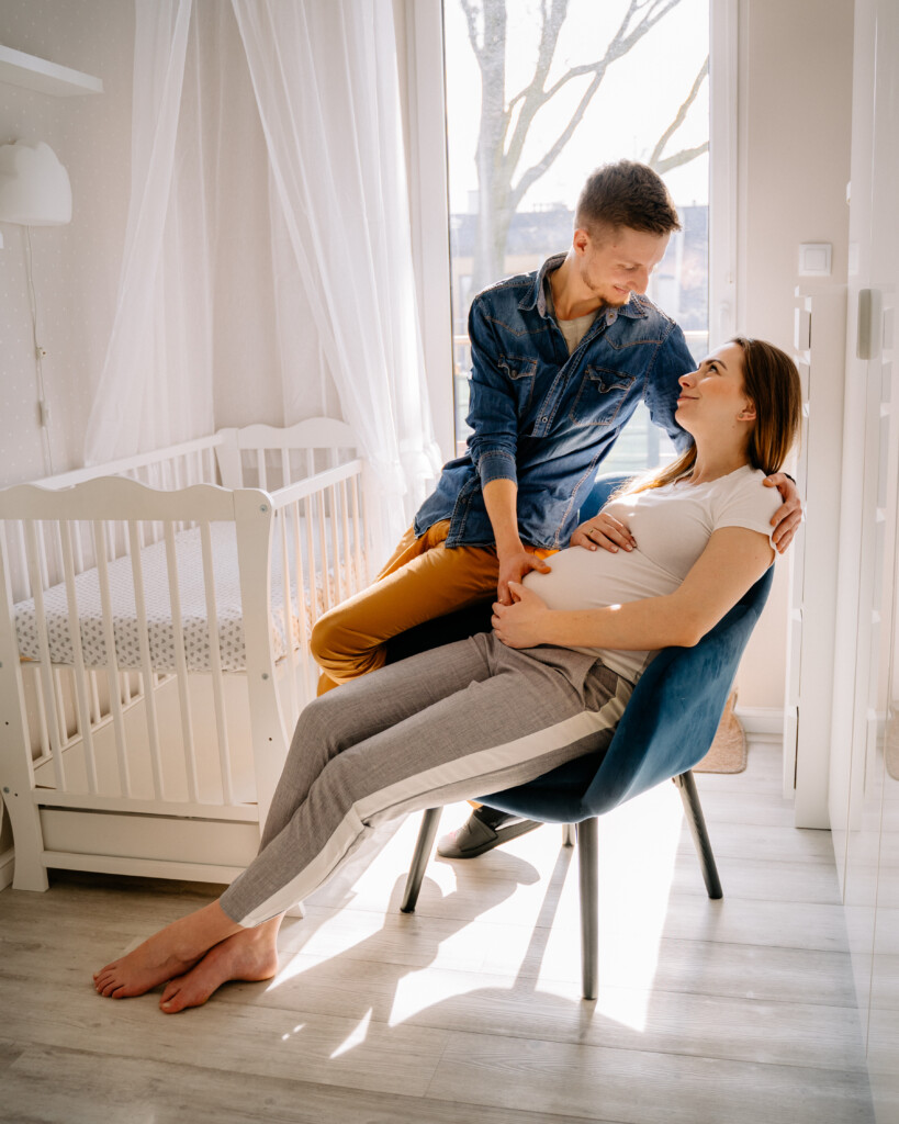 para w jasnym pokoju kobieta w ciąży