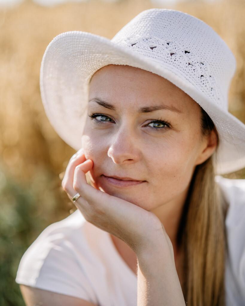 fotograf w Oławie, Dagmara Pajkert w  kapeluszu lato uśmiech
