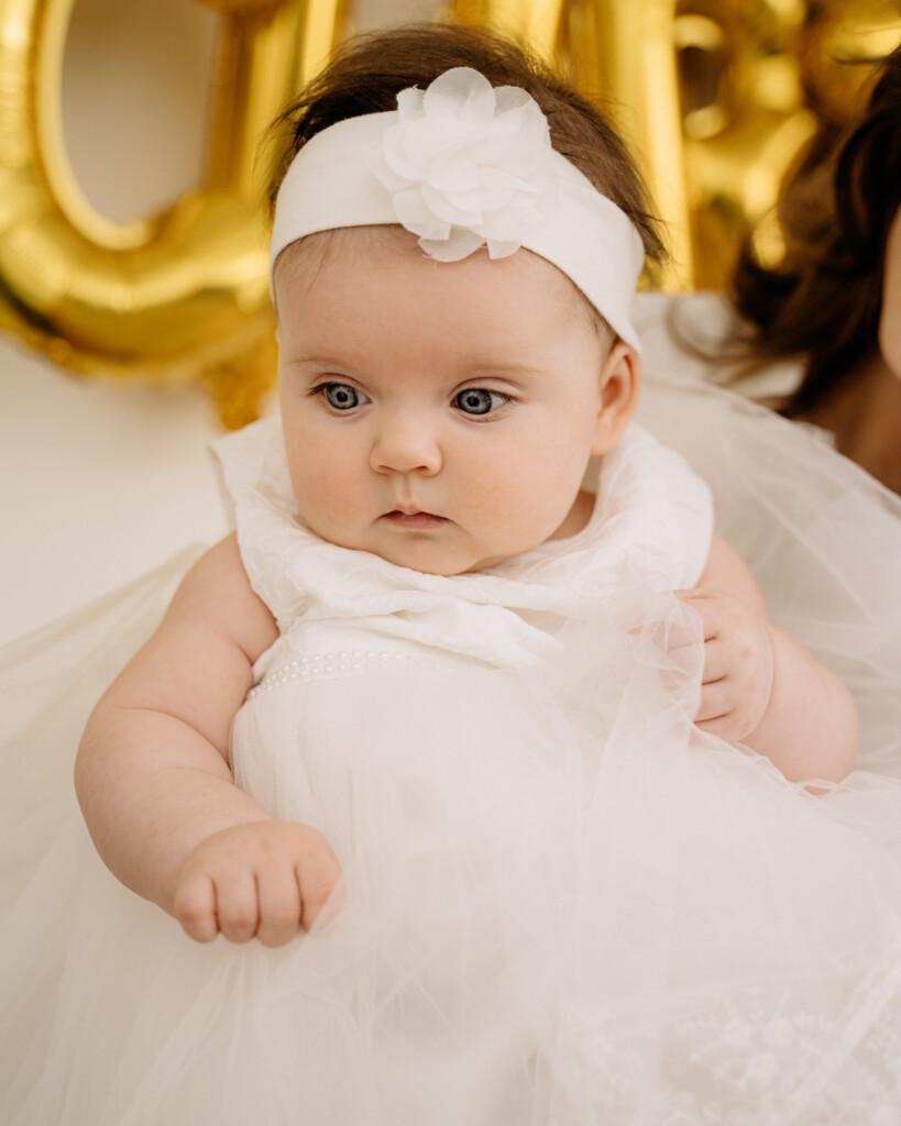 niemowelę w białej sukience chrzest