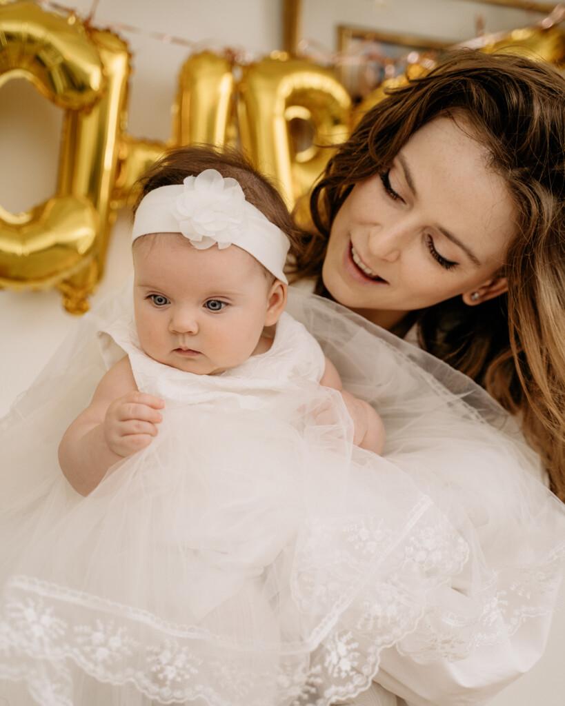 mama i córka na biało chrzest Oława