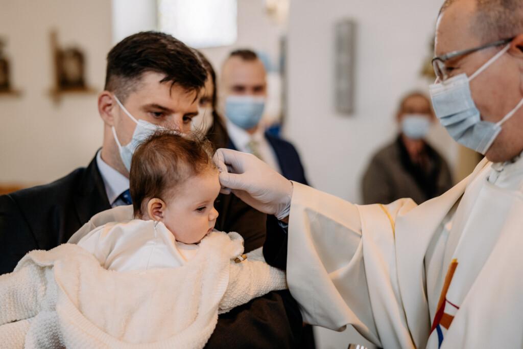 znak krzyża na główce podczas chrztu